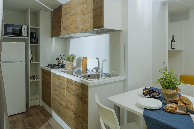 Soggiorno in casa mobile con cucina e tavolo da pranzo