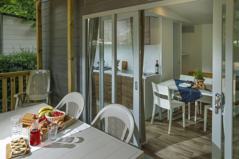 Veranda con tavolo e colazione