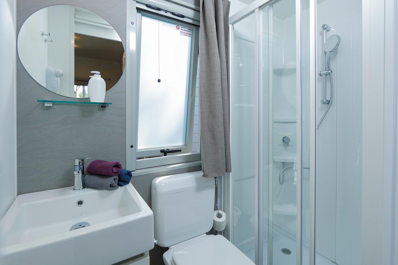Bagno con doccia e biancheria casa mobile