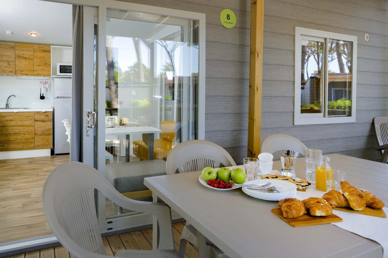 Veranda con tavola e colazione in mobile home