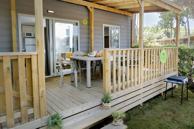 Veranda con cancellino e barbecue in campeggio