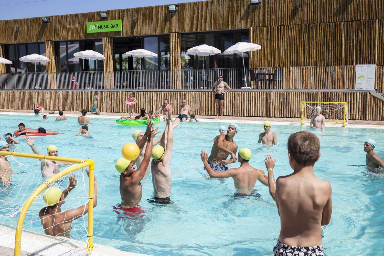 Sport pallanuoto in piscina al camping village