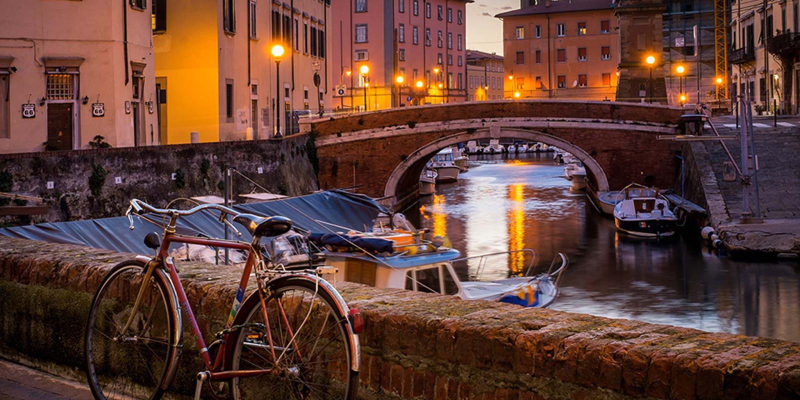Scorcio del centro di Livorno con bicicletta