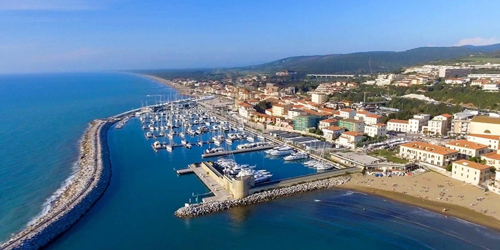 Foto panoramica di San Vincenzo e il mare della Toscana