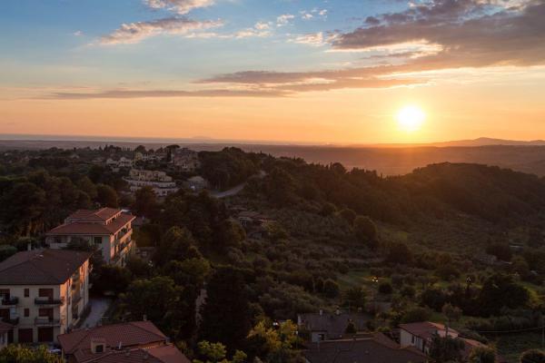 Vista panoramica dal borgo di Montescudaio in Toscana