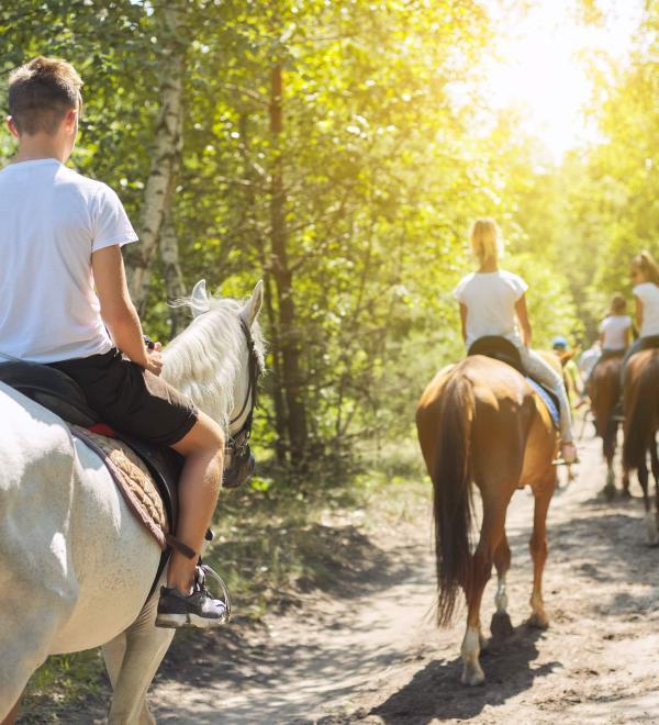 Prenota la tua passeggiata a cavallo con tutta la famiglia in Toscana