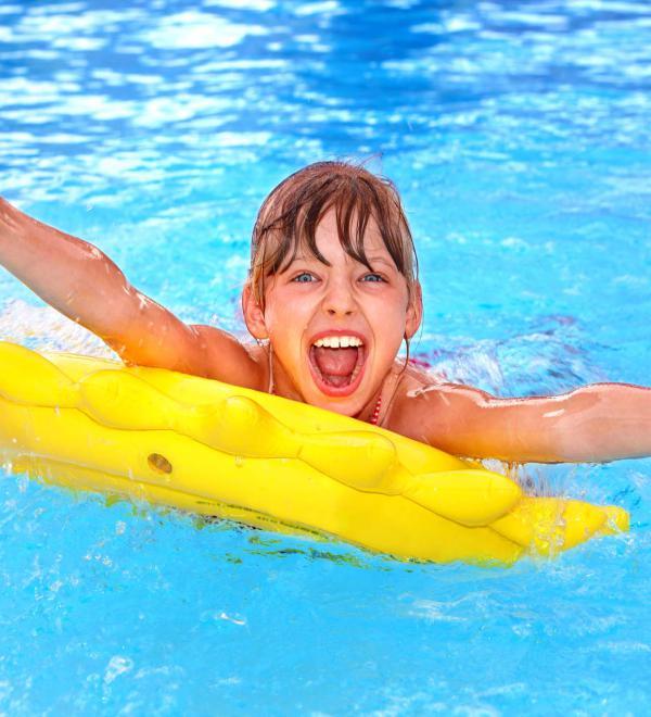 Bambina gioca in piscina