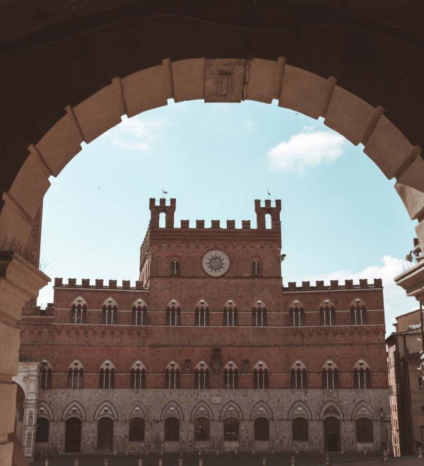 Siena piazza del campo, scorcio palazzo pubblico