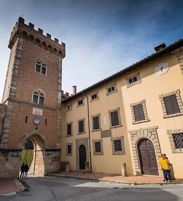 Porta medievale a Bolgheri in Toscana