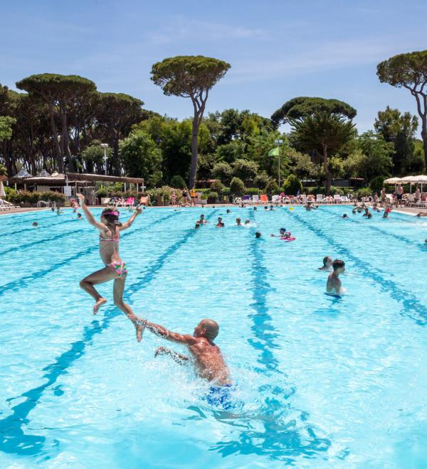 Famiglia in piscina olimpionica al camping Park Albatros Village