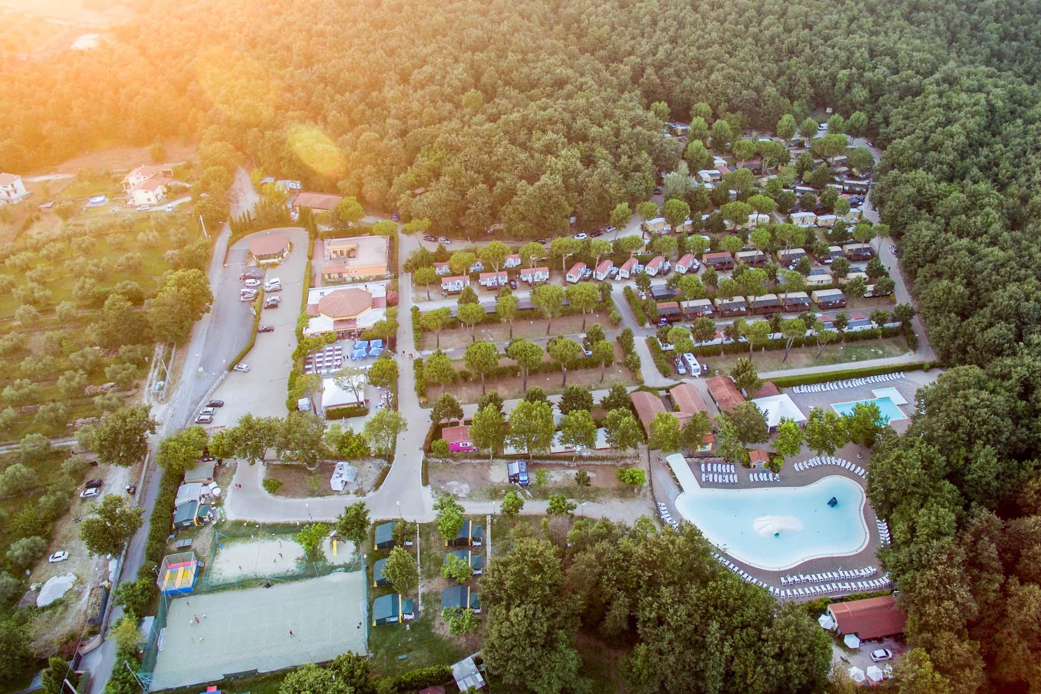 Panoramica de i Pini dall'alto con piscine e bungalow