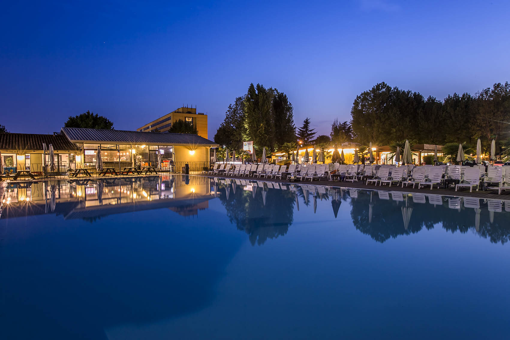 Piscina illuminata nel camping village Jolly a Marghera