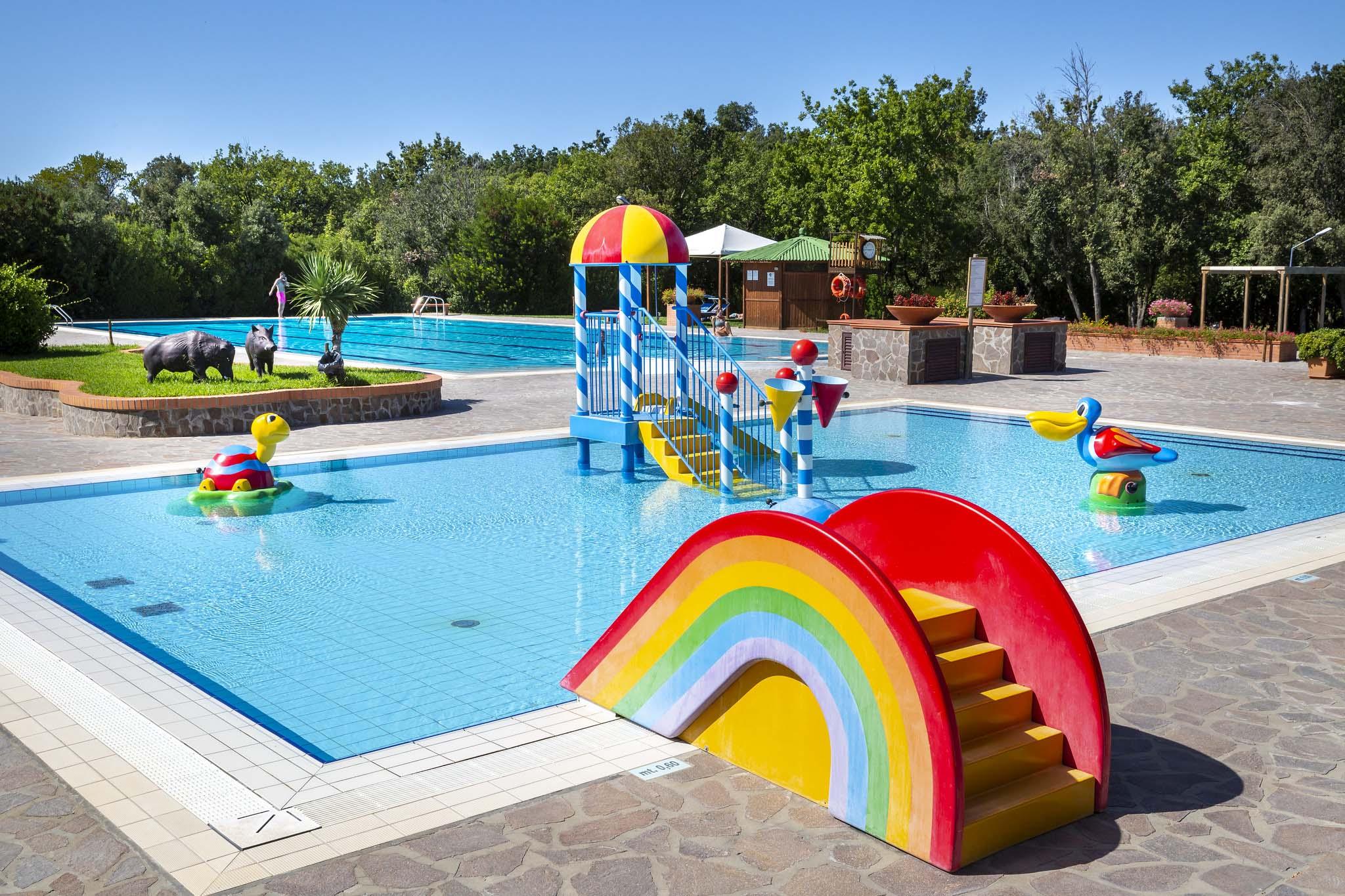 Piscina per bambini con giochi e scivoli a Montescudaio Village
