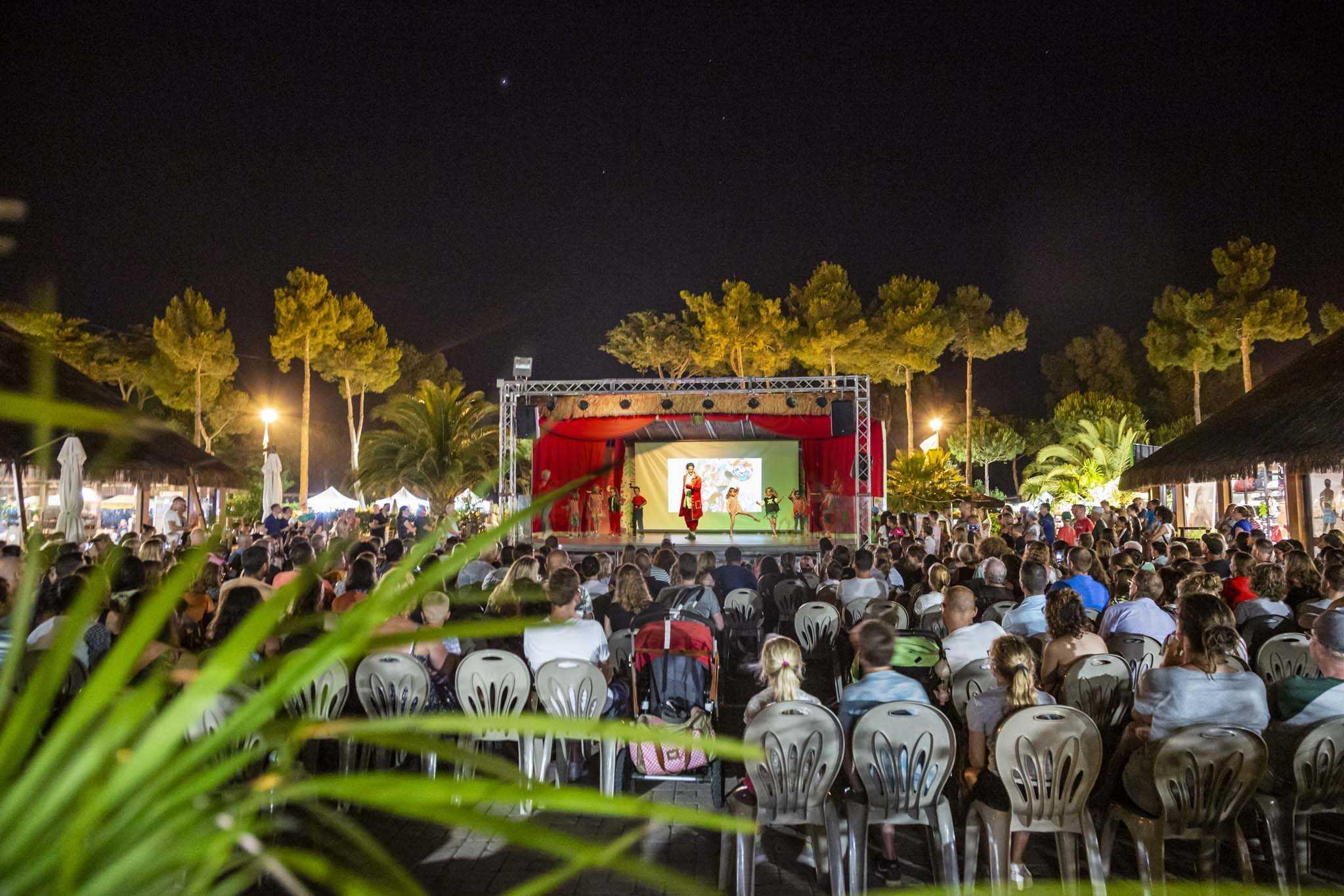 Spettacolo serale dell'animazione al Park Albatros Village