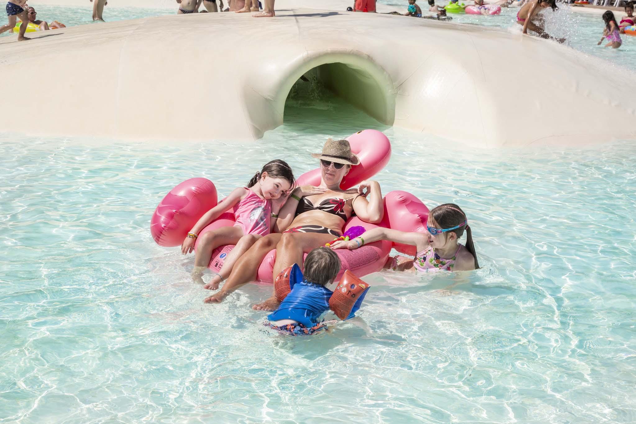 Famiglia in piscina laguna al camping Albatros