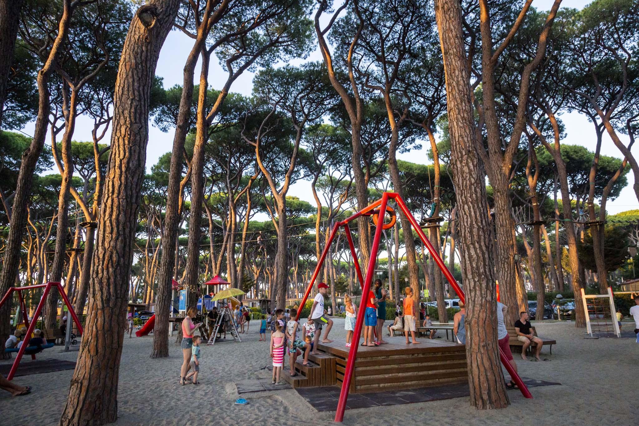 Bambini giocano nel parco giochi del villaggio