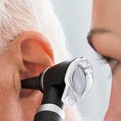 Una Dottoressa Ispeziona l'Orecchio di Un Anziano per Diagnosticare l'Otosclerosi