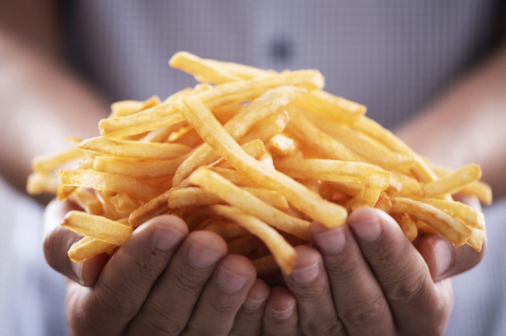 Mangia solo patatine fritte e perde la vista