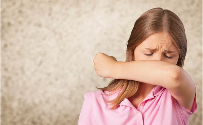 Come starnutire: vietato mettere le mani davanti alla bocca