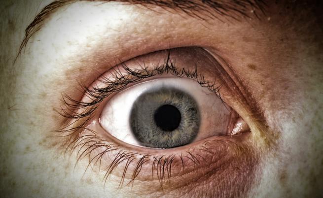 I sintomi della pressione oculare alta e i rischi associati