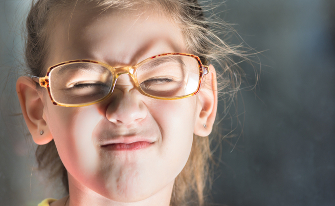 strizzare gli occhi: qual è la causa?