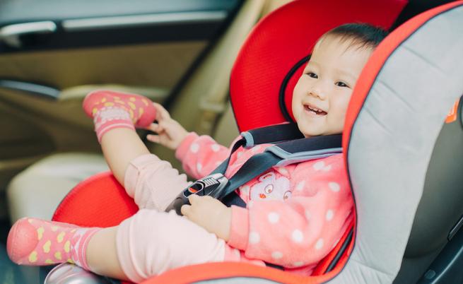 Bimbi in auto: rimedi per non dimenticarli