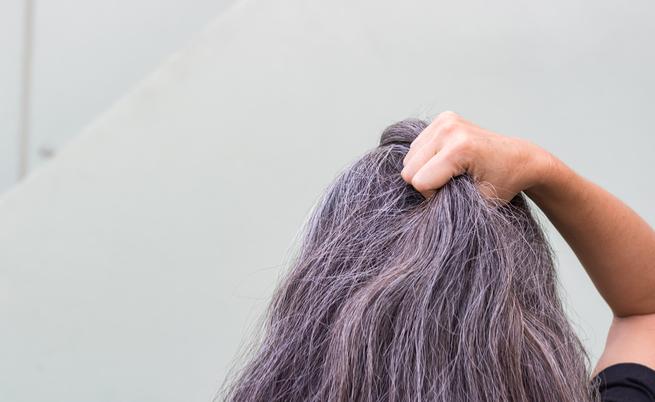 Capelli grigi: individuata la causa