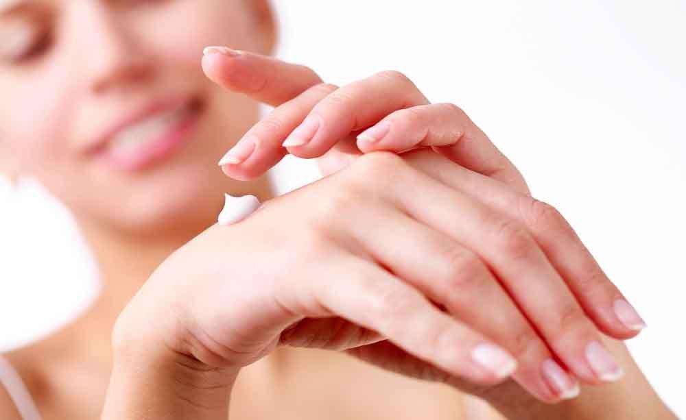 mani screpolate: idratarle è meglio
