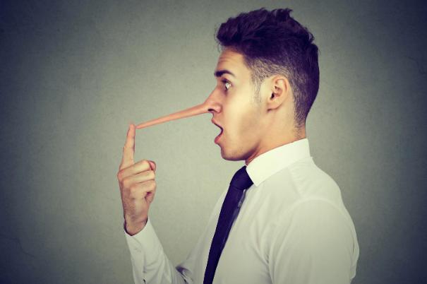 Uomo che dice bugie con il naso lungo
