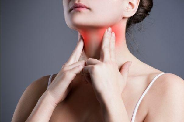 Tiroide in Fiamme: Una Donna si Tasta la Ghiandola Tiroidea per Alleviare il Dolore