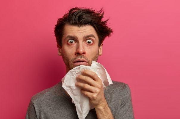 Uomo con Allergia si Soffia il Naso