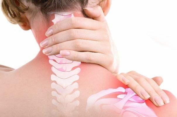 Donna che Soffre di Fibromialgia si Tocca il Collo Dolorante