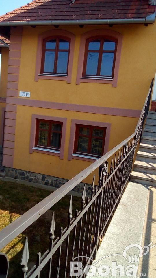 ELADÓ!  Zalacsányban 76-os Fő  ut  mellett  3  szintes  családi  ház!
