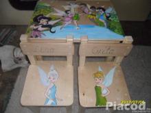 Lányoknak csajos kézzel festett fa gyerekasztal és kettő székkel