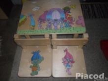 Fa gyerekasztal két székkel kézzel festve meserészletekkel