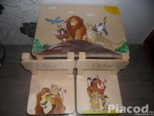 Mesés fa gyerek asztal két székkel kézzel festve