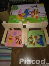 Egyedi kézi festésű fa gyerek asztal két székkel Micimackós