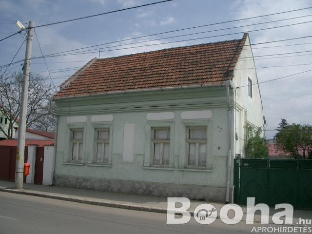 Romániában, Sepsiszentgyörgy központjában, kertes családi ház ELADÓ!