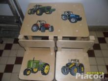Traktoros kézzel festett fa gyerekasztal két székkel