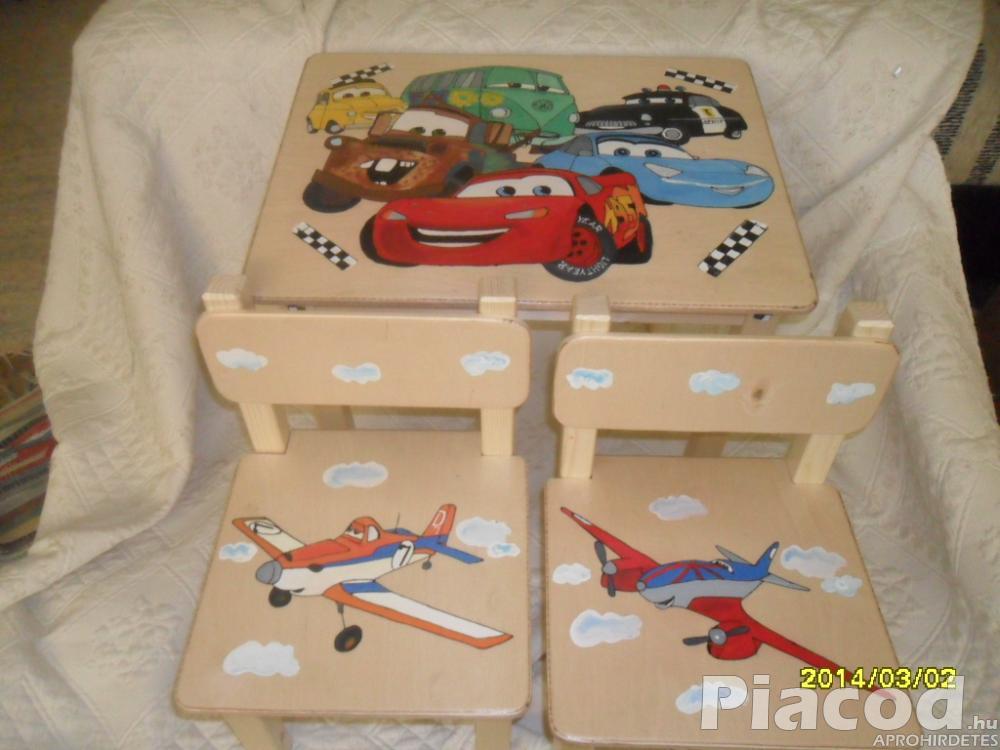 Fiús kézzel festett fa gyerekasztal két székkel