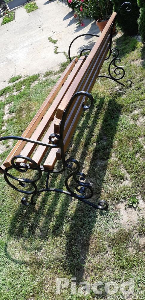 Kényelmes kerti pad kovácsolt vas lábal