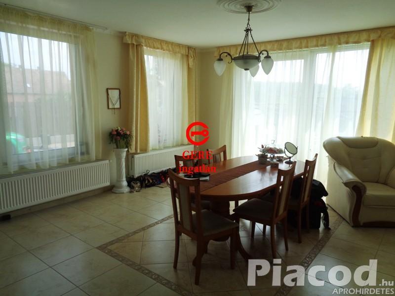 Remek kivitelezésű családi ház , 6400 m2-es mezőgazdasági területtel Rádon.