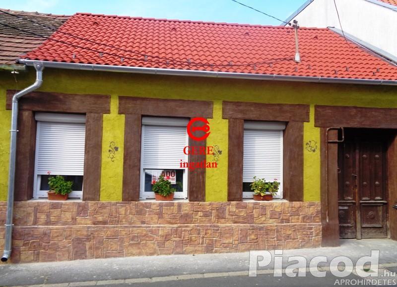 Eladó kompletten felújított lakás Vácon a Mária utcában.