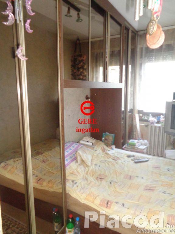 Eladó 63 m2-es II.emeleti panellakás Dunakeszin.
