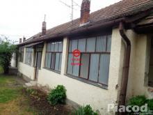 Eladó családi házrész Szokolya központjában.