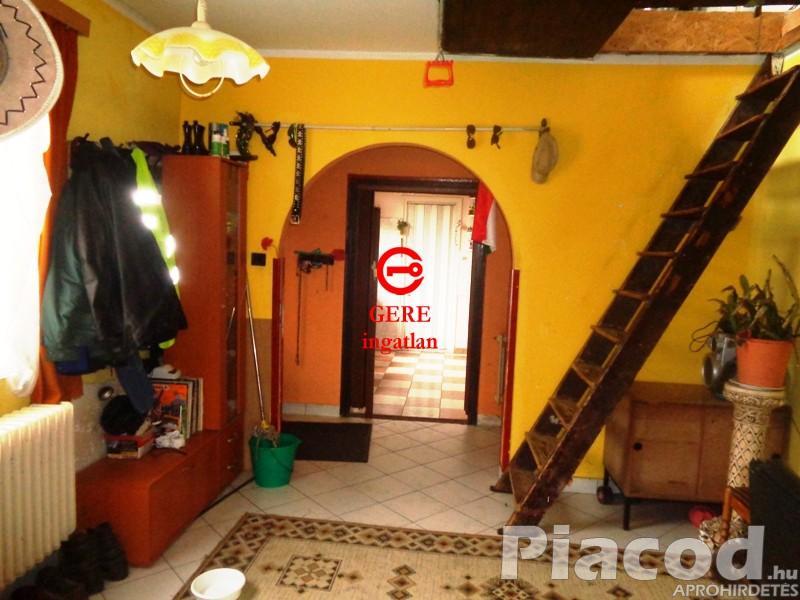 Budakalász központi részén, háromszintes családi ház gépkocsi beállóval eladó.