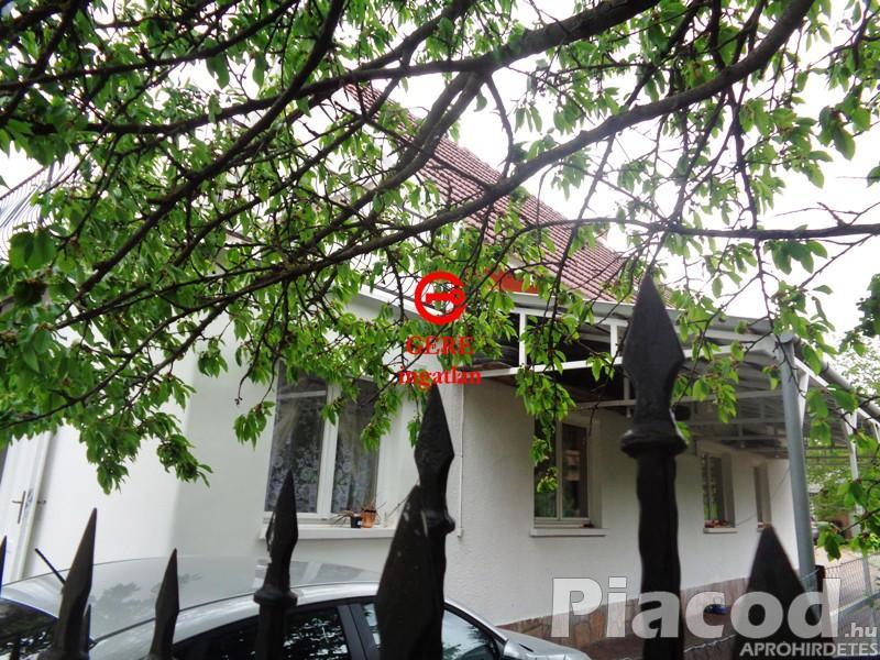 Eladó kertvárosi kétszintes családi ház Gödön.
