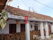 Nézsa község központi részén fedett tornácos parasztház eladó.