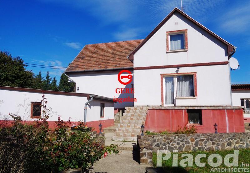 Eladó kétszintes családi ház, nagy telekkel Legénd községben.