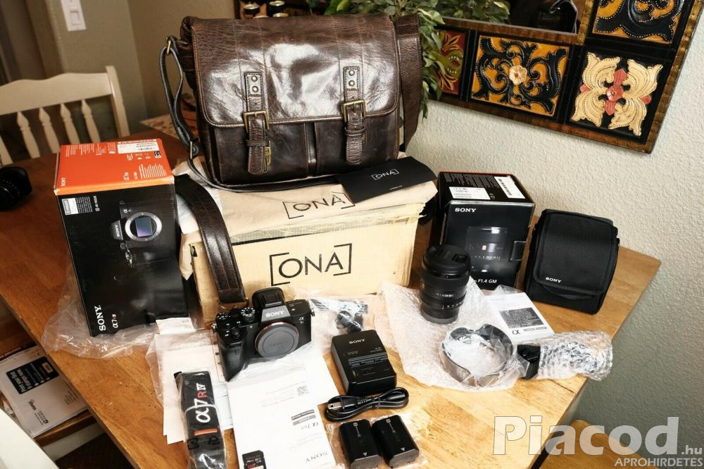 Sony A7R IV 35mm Full-Frame Camera with 61.0MP - Black 24-70 Gmaster Lens